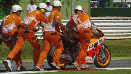 Comissários de pista ajudam Márquez a voltar à corrida após tombo