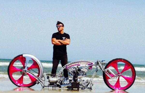 Criador e criatura; modelo que conquistou o primeiro lugar na categoria ShowBike