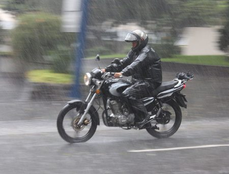 Na chuva acontecem mudanças radicais nas condições do ambiente e no comportamento da moto; fique atento