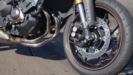 Freios duplos com pinças de fixação radial e quatro pistões por pinça