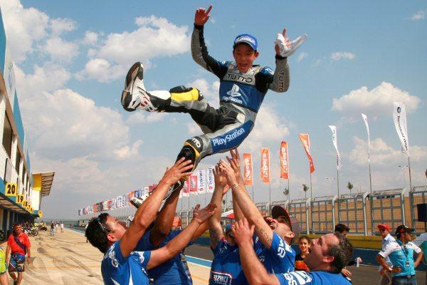 A equipe Playstation-PRT comemora a classificação de Meikon Kawakami à seletiva do Red Bull MotoGP Rookies Cup