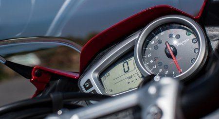 Instrumento multifuncional em LCD, com velocímetro digital, computador de bordo, tacômetro analógico, indicador de autonomia, medidor de combustível, relógio, indicador do sistema de monitoramento da pressão dos pneus, luzes de emergência e botão de rolagem do menu no guidão