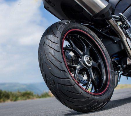 Balança monobraço e escapamento alto fazem destacar a bela roda em alumínio fundido
