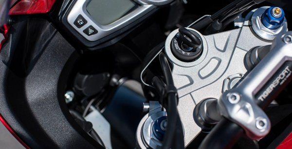 As duas suspensões são ajustáveis, na dianteira se ajusta compressão, retorno e pré carga das molas