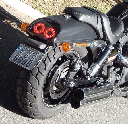 Traseira recortada tem dois circulos iluminados como sinalização - A marca vem estampada nas rodas, mostrando o capricho do acabamentos
