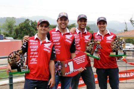 Bruno Martins, Felipe Zanol, Júlio Ferreira e Luís Oliveira (esq. para dir) do Zanol Team comemoram nas etapas de Nova Bréscia do Brasileiro de Enduro FIM