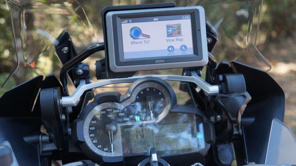 Com a previsão de suporte com trava para o GPS Garmin é só digitar o destino e seguir as orientações