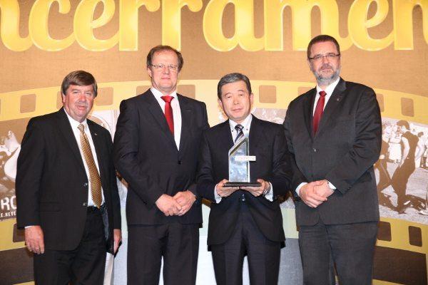 Issao Mizoguchi recebendo o prêmio de Destaque Internacional pela SAE Brasil