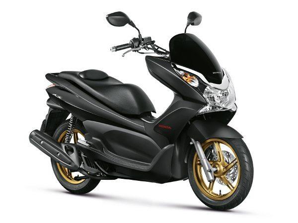 Nova PCX DLX 2015 combina carenagens preto fosco com rodas douradas