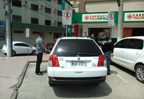 Mau exemplo de veículo oficial estacionado em vaga exclusiva para motocicletas