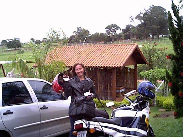 A Honda CBR 450 sendo preparada para a primeira viagem de moto de Gláucia