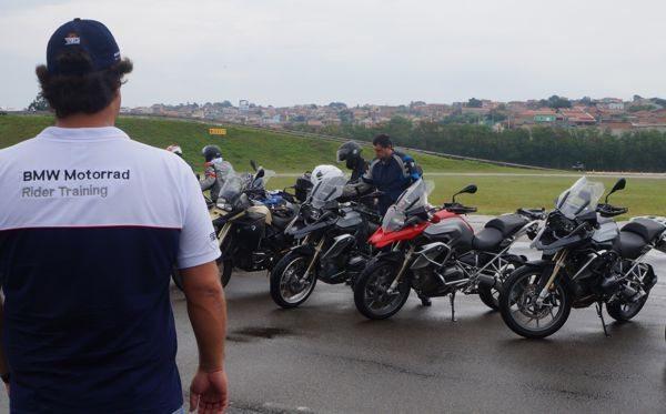 Grupo de motociclistas num dia de chuva fazem o BMW Rider Training na pista da Pirelli em Sumaré