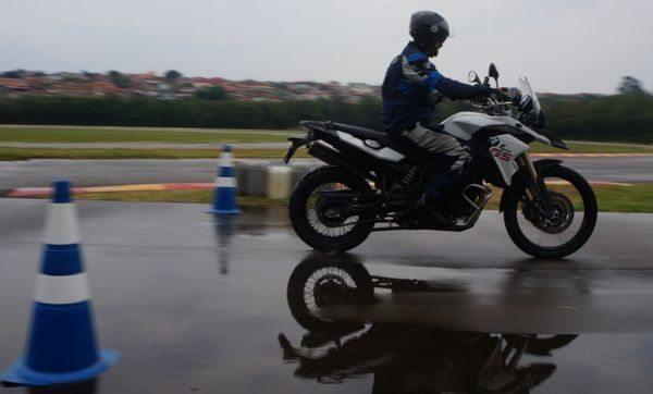 Leandro Panadés mostra a técnica de frenagem no molhado