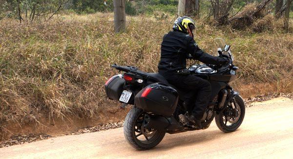 Na terra evite excessos, lidando bem com o peso e potência da moto a suspensão faz bem o seu papel