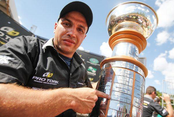 Emerson Loth exibe o seu nome gravado para sempre no troféu rotativo do Enduro da Independência