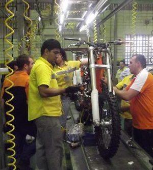 Linha de montagem de motos KTM na fábrica da Dafra em Manaus (AM)