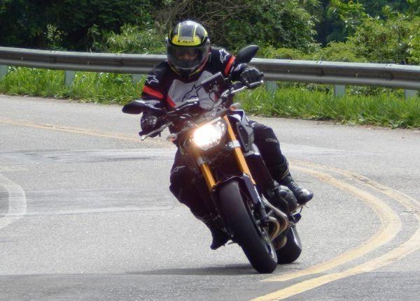 A dinâmica da pilotagem permite quase ignorar curvas e obstáculos como irregularidades no asfalto