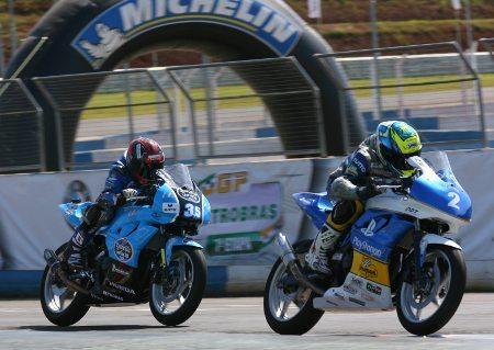 Meikon Kawakami à frente de Brian David nas voltas finais do GP Petrobras, em Cascavel