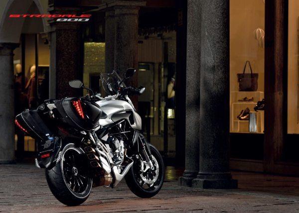 Os algorjes com iluminação em LED realçam as formas da motocicleta