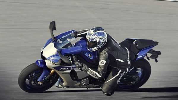 A Yamaha YZF R1 2015 tenta retomar o reino das super esportivas