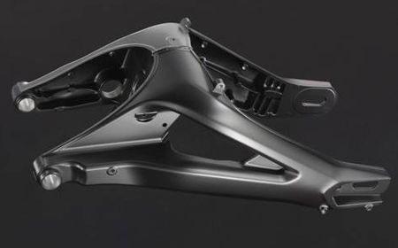 Balança da suspensão traseira tem desenho triangular para maior estrutura e é construida em alumínio fundido