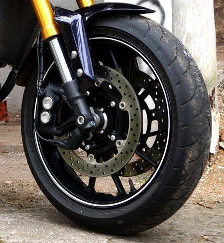 Os freios são duplos na dianteira com pinças afixadas radialmente e de quatro pistões