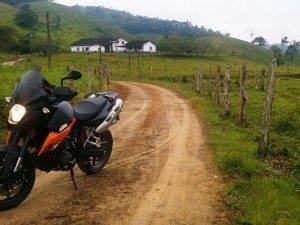 """Colecionando KMs com sua KTM, o motonliner Karka compartilha dois flagrantes de seu passeio para Sete Barras (SP). """"Para aumentar minha coleçao"""", justificou. E você, fez um passeio legal? Compartilhe suas fotos com milhares de motociclistas mandando para o email redacao@motonline.com.br"""