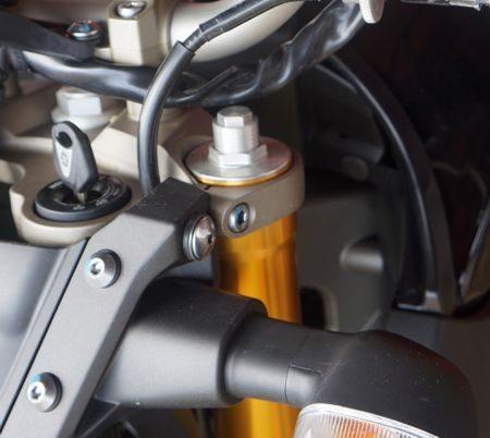 Suspensão totalmente ajustável permite adequar a moto ao peso do piloto e ao tipo de percurso