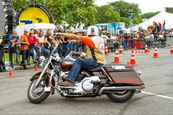 Atividades com moto ao exigem o uso de todos os equipamentos de segurança, inclusive jaqueta com proteções