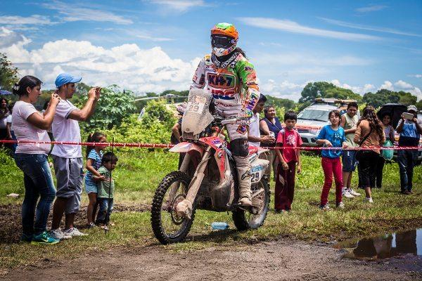 Laia Sanz precisa apenas da nona colocação na última etapa do Dakar para ser a mulher com a melhor colocação no Rally Dakar - imagem de divulgação Honda