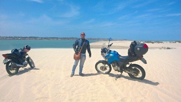 A aventura de moto envolve muita areia pelas dunas para quem pretende entrar no Parque Nacional de Jericoacoara pela Ilha do Amor, em Camocim