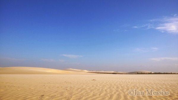 A imensidão das dunas de Jericoacoara. É comum a formação de lagoas de água cristalina entre elas durante a época chuvosa