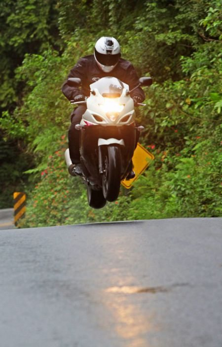 Pilotagem radical nos testes da Revista Motociclismo. Só com segurança e em lugares controlados - Renato Durães