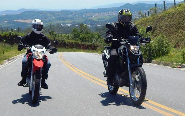 A moto que estiver levando menos peso leva vantagem na subida