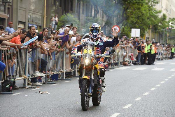 O espanhol tetra campeão, Marc Coma, na largada promocional em Buenos Aires: favoritismo