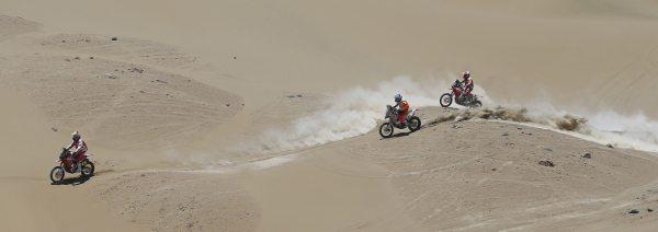 Hélder Rodrigues puxa o pelotão no meio do deserto boliviano