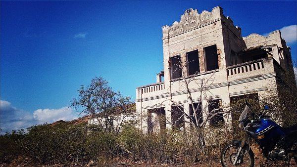 às ruínas do casarão do Coronel Feitosa, uma construção impressionante em Cococi, Parambu, Ceará