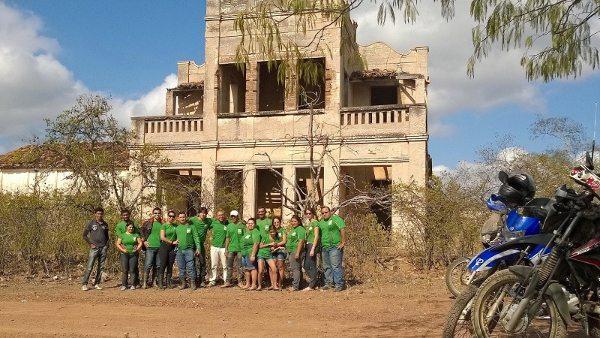 Junto aos Calangos dos Inhamuns Motogrupo em frente ao casarão do Coronel Feitosa