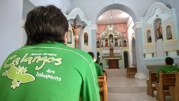 Momento de reflexão na Igreja de Cococi, com seu altar barroco restaurado