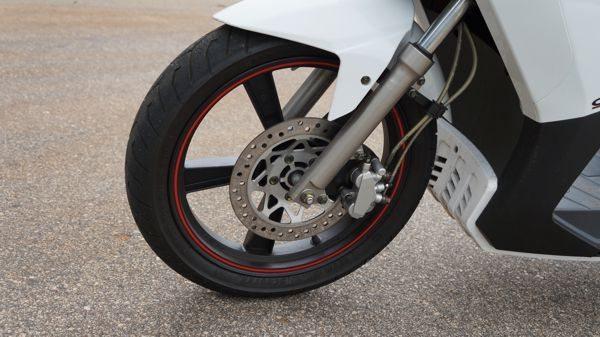 Freios combinados - Ao acionar o traseiro o pistão central da pinça dianteira também é acionado