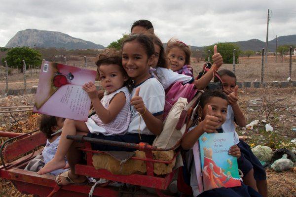 O programa Rallyteca do Piocerá 2015 distribuiu 10.000 livros em comunidades carentes