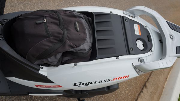 Baú sob o banco leva um capacete pequeno ou uma boa mochila - O tanque de gasolina poderia ser maior mas não dá para se ter de tudo num Scooter