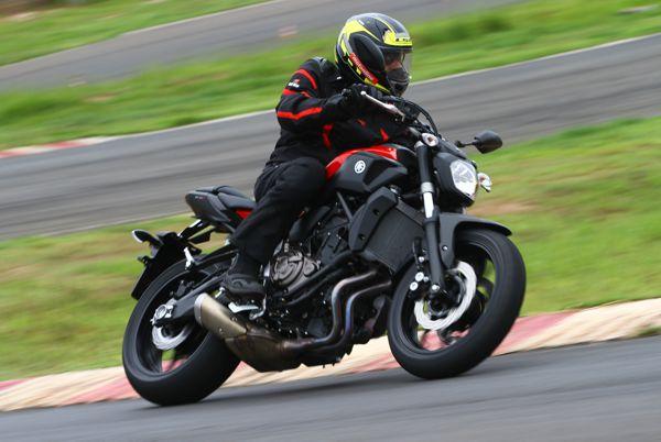 Imagem de moto transgressora, a MT-09 chega em abril às concessionárias