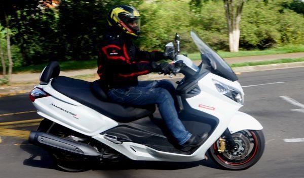 Scooter grande com painéis largos na frente e atrás