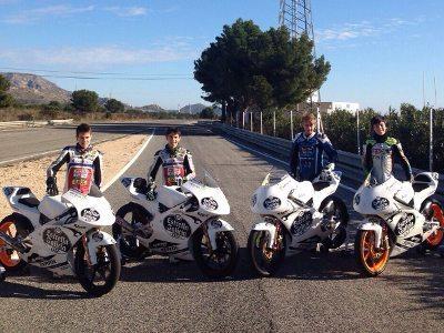 Lucas Torres (de azul) com os pilotos da nova equipe - divulgação