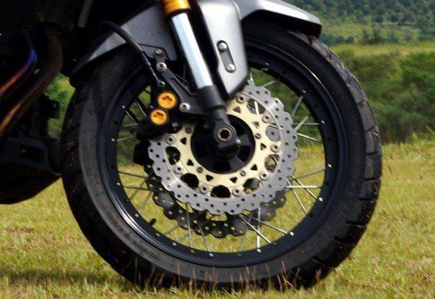Rodas raiadas com pneus radiais sem câmara de ar vem com aros especiais - Freios com pinças de quatro pistões são grenciados por central eletrônica