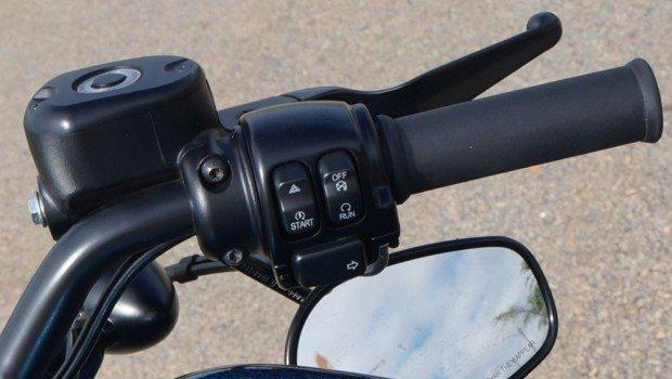 """A chave de contato é esse botão """"run"""" - Um sensor percebe a aproximação do motociclista que porta a chave e """"autoriza"""" a ligar a moto"""