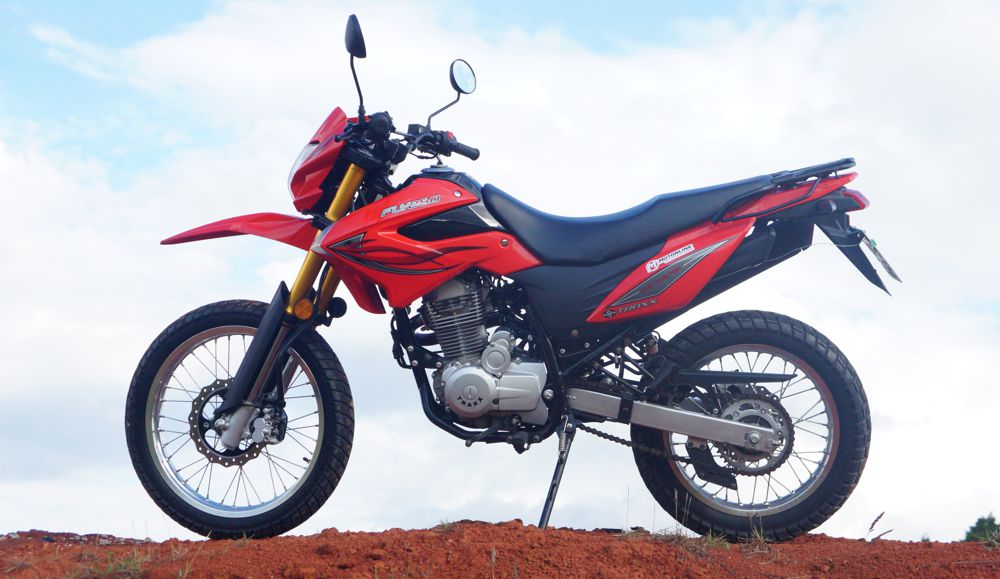 A Traxx FLY 250 tem na verdade u seu motor com 223 cm³ e toda a moto se parece um pouco maior do que uma 150
