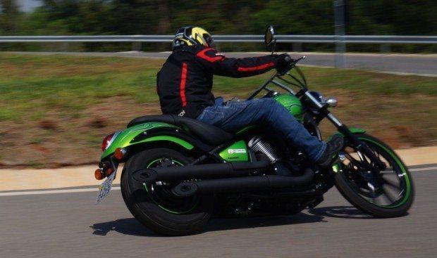 Sob a moto é visível o link da suspensão Unitrak, com 100mm de curso oferece bastante conforto, mantendo a moto sempre alinhada mesmo em trechos ruins - Um destaque para essa custom