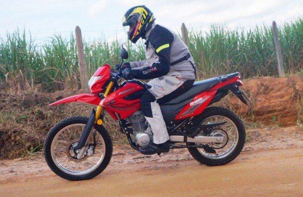 A suspensão é boa para uso em terrenos ruins mas os pneus poderiam ser melhores